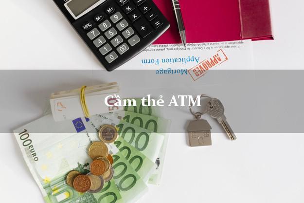 Cầm thẻ ATM